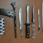 Марьяновские полицейские изъяли 8 ножей и пистолет у местного жителя